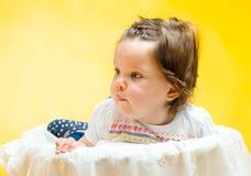 微笑的愉快的8个月女婴 库存照片