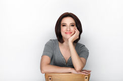 微笑的成人可爱的新鲜的看起来的深色的妇女秀丽画象有摆在反对白色背景的突然移动发型的显示emo 免版税库存图片