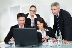 微笑的成功的企业小组 免版税库存照片
