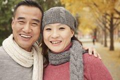 微笑的成熟夫妇在公园 免版税图库摄影
