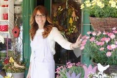 微笑的成熟妇女卖花人 免版税库存图片