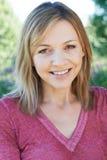 微笑的成熟妇女室外首肩画象  免版税库存照片