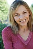 微笑的成熟妇女室外首肩画象  库存照片
