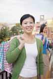 微笑的成熟妇女画象商城的 免版税库存图片