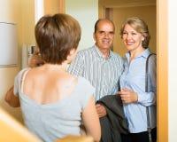 微笑的成熟家庭夫妇参观的女儿 免版税库存图片