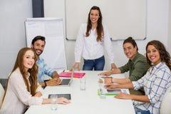 微笑的执行委员画象在会议室在会议期间 库存照片