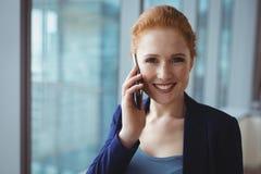 微笑的执行委员画象谈话在手机 库存照片