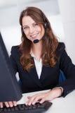 微笑的招待员或呼叫中心工作者 免版税库存图片
