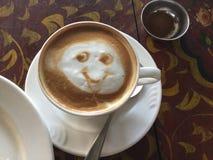 微笑的拿铁 咖啡 免版税库存照片