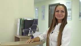 微笑的接待员邀请到诊所 股票视频