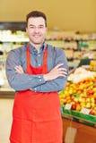 微笑的推销员在超级市场 图库摄影