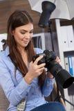 微笑的摄影师在工作 免版税图库摄影