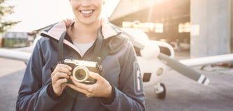 微笑的摄影师在机场 免版税库存照片