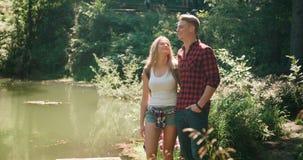 微笑的放松由一个湖在森林 免版税图库摄影