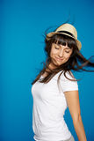 微笑的无忧无虑的妇女佩带的白色草帽 库存图片