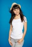 微笑的无忧无虑的妇女佩带的白色草帽 图库摄影