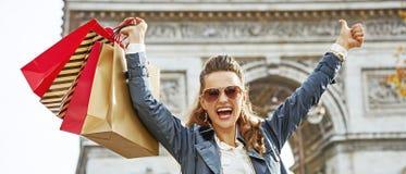 微笑的时尚商人在高兴的巴黎显示赞许和 免版税库存照片