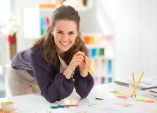 微笑的时装设计师画象在办公室 库存图片