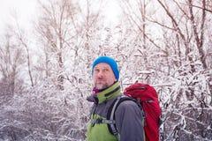 微笑的有胡子的人远足者画象,放松 免版税图库摄影