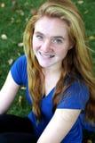 微笑的有雀斑的女孩特写镜头 免版税图库摄影