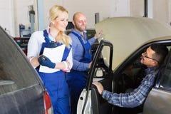 微笑的服务乘员组和司机 免版税库存照片