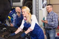 微笑的服务乘员组和司机 图库摄影
