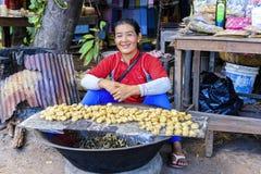 微笑的棕榈糖供营商在暹粒,柬埔寨 免版税库存照片