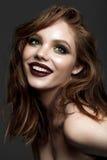 年轻微笑的模型与专业晚上组成 免版税库存图片