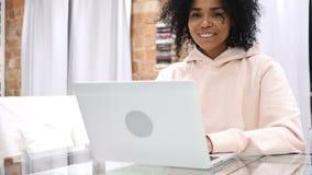 微笑的正面年轻美国黑人的妇女模型在工作 股票录像