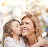 微笑的母亲和女儿拥抱 免版税库存图片