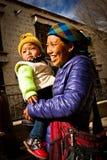 微笑的母亲和孩子画象从西藏 免版税库存图片