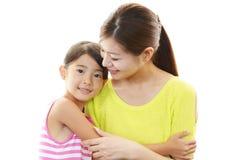 微笑的母亲和孩子 免版税库存照片