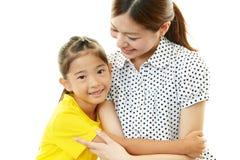 微笑的母亲和孩子 免版税库存图片