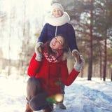 微笑的母亲画象有儿子的在冬天 免版税图库摄影