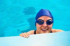 微笑的游泳者妇女 免版税库存图片