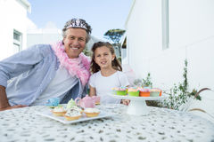 微笑的父亲和女儿神仙的服装的 免版税库存图片