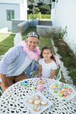 微笑的父亲和女儿神仙的服装的 库存照片
