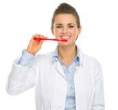 牙齿医生妇女陈列如何清洗牙 库存图片