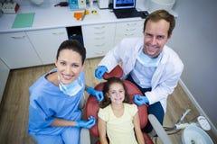 微笑的牙医和年轻患者画象  库存图片