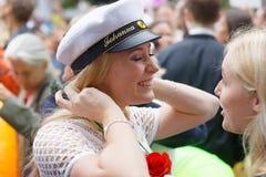 微笑的瑞典学生女孩佩带的白色毕业盖帽以后 免版税库存照片