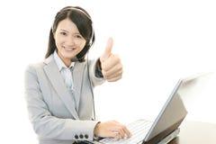 微笑的电话中心操作员 免版税库存图片