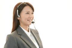 微笑的电话中心操作员 免版税库存照片