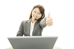 微笑的电话中心操作员 库存图片