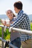微笑的男人和妇女对负玻璃用牛奶 库存图片