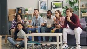 微笑的男人和的妇女谈话和害怕的然后观看的悲剧的电视新闻 股票录像