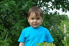微笑的男孩。 愉快的童年 免版税库存照片