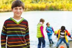 微笑的男孩和他的朋友 免版税库存图片