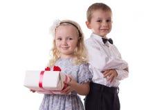 微笑的男孩和女孩有当前箱子的 免版税库存图片