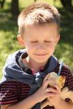 微笑的男孩在阳光下 免版税库存图片