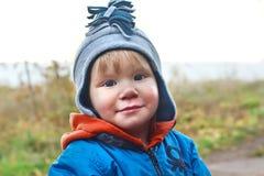 微笑的男孩是在帽子 免版税库存图片